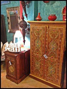 Mueble hecho y pintado a mano de la India. Los interiores de las puertas también van pintados.