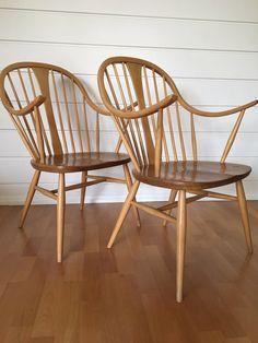 """Selger 2 sjeldne Ercol Windsor stoler modell """"514 Cowhorn Chair"""" Stolene har en utrolig flott tre frg kombinasjon av 2 slags tre og en flott modell med flotte linjer. Selges pr stk for 2000,- eller samlet for 3600,- (1800,-) eller høyeste bud over Ercol Furniture, Wishbone Chair, Home Decor, Scale Model, Decoration Home, Room Decor, Home Interior Design, Home Decoration, Interior Design"""