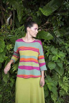 Gudrun Sjödéns Frühjahrskollektion 2015 - Das Shirt Vag aus Baumwolle hat 3/4-Ärmel und einen schönen, leichten Fall. Erhältlich in den Farben Mohn, Jade und Dunkelgrau.