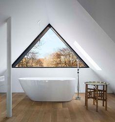 freistehende Badewanne, Holzboden und dreieckiges Fenster