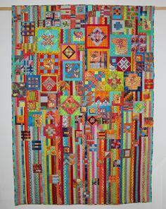 """""""Tula Pink meets Gypsy Wife"""" Ich habe über 100 Blöcke aus Tula Pinks Buch City Sampler mit dem Layout des Gypsy Wife Quilts vereint. Heraus kam ein wundervoll bunter Quilt."""