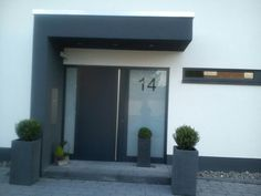 Indifferent home Merzig Minimalist home facade - Corbusier Main Entrance Door, Main Door, House Entrance, Renovation Facade, Craftsman Front Doors, Estilo Interior, House Doors, Cottage House Plans, House Front