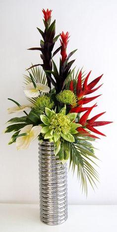 arranjos de flores artificiais em vaso metálico