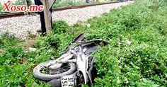 Tàu hỏa húc xe máy văng xa 50m, một người nguy kịch