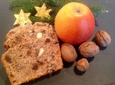 Ein weihnachtliches Früchtebrot mit Nüssen, saftig und fettarm. Die geraspelten Äpfel mit den Zutaten vermengen, backen, fertig. Ein wunderbares Apfelbrot.