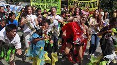 Manila, Cimitero pieno di rifiuti: la protesta zombie