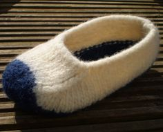 'Duffers' – A Quick and Easy 19 row Felted Slipper pattern – Knit Purl Makes – Mindie Designs Felted Slippers Pattern, Knitted Slippers, Knitting Stitches, Knitting Patterns, Knitting Machine, Knitting Socks, Felt Kids, How To Purl Knit, Knit Purl