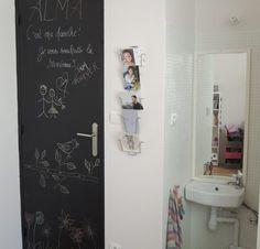 Peindre un tableau noir sur une porte de chambre d'enfant