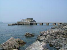 【山口県 大津島~歴史と観光の島~を観光ボランティアガイドと散策】四季折々の豊かな自然を感じられる大津島は人間魚雷「回天」の島としても知られ、毎年多くの方が訪れます。周南市観光ボランティアガイドでは、回天記念館見学を含む回天訓練基地跡などをご案内し、島の歴史と平和について理解を深めて頂いています。コース・時間などのご希望はご相談ください。【問い合わせ先】「周南市観光ボランティアガイドの会」事務局 0834-22-8372 #Yamaguchi_Japan #Setouchi http://www.oidemase.or.jp/db/a/detail.php?id_num=35215aa0000016147