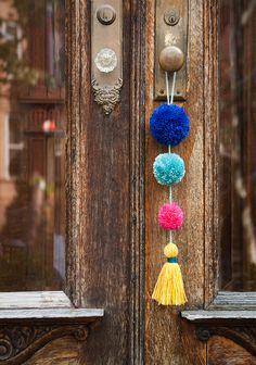 DIY Summer Pom-Pom Doorknob Garland (Design*Sponge) There's a small, colorful town in Mexico called Sayulita that's known for its beautiful beaches and great surfing. I was eager to explore the bordering towns while staying in Nuevo Vallarta, Mexico fo Yarn Crafts, Diy And Crafts, Craft Projects, Crafts For Kids, Arts And Crafts, Crafts With Wool, Best Diy Projects, Adult Crafts, Decor Crafts