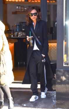 Exactly How Victoria Beckham and 15 More Celebs Make Sweatpants Look So Damn Cute — InStyle - celebrity style - Victoria Beckham Outfits, Victoria Beckham Mode, Victoria Beckham Fashion, Victoria Fashion, Elegantes Outfit Frau, Cute Sweatpants Outfit, Sweatpants Style, Look Fashion, Fashion Outfits