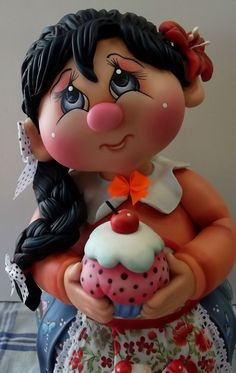 Pote de vidro de 2 L, trabalhado em biscuit em forma de menina de trança com cupcake. <br>NOTA: O prazo de confecção é 45 dias da data do agendamento. Favor consultar vaga para agendamento.