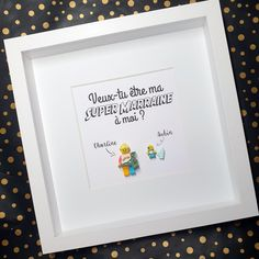 Cadre pour Futur Parrain ou Marraine - Format 25x25cm conseillé pour 1 à 5 figurines en briques. Le cadeau idéal pour demander à un de vos proches d'être Parrain ou Marraine et annoncer votre grossesse Concevez vos figurines adultes, enfants, bébés et animaux de compagnie lors de la passation de commande. Choisissez votre titres et polices d'écriture en ligne. #demande #parrain #marraine #grossesse #bébé #cadeau #atypique #souvenir Point D'interrogation, Frame, Souvenir, Bricks, Father's Day, Future, Pregnancy, Picture Frame, Frames