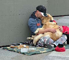 Cães oferecem uma ajuda vital para os desabrigados, pois fornecem amor incondicional no momento em que grande parte da sociedade virou as costas para eles