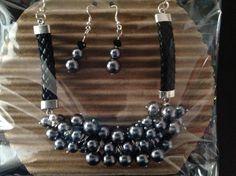 Collar con perlas grises y aplicaciones en piel!