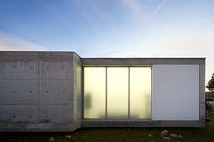 Construído na 2009 na Alcabideche, Portugal. Imagens do Fernando Guerra |  FG+SG. O edifício, implantado num lote com uma pendente suave, é constituído por um corpo em betão aparente e vidro opalino, suspenso no terreno graças às...