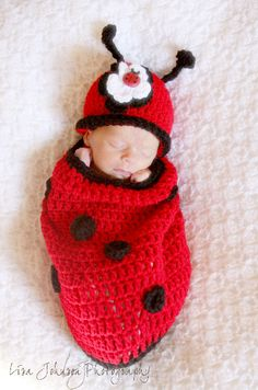 Baby Knitting Patterns Wear Adorable lady bug baby cocoon and matching hat. The lady bug Cocoon fulfills . Baby Knitting Patterns, Baby Patterns, Crochet Patterns, Crochet Baby Cocoon, Crochet Baby Clothes, Newborn Crochet, Crochet Hats, Baby Girl Hats, Girl With Hat
