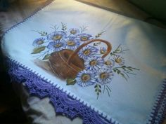 Pano de prato pintado em flores com bordos em croché