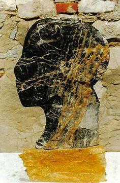 Nel 1999 si trasferisce a Pietrasanta