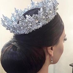 A pretty rhinestone tiara. Glamouröse Outfits, Bridal Outfits, Bridal Crown, Bridal Tiara, Bridal Updo, Hair Jewelry, Bridal Jewelry, Jewellery, Royal Jewels