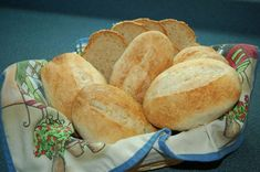 A recipe of wonderful crusty German Brötchen by Marion Jackson, in English and German. Ingredients: 1000 g Mehl / flour 12 g instant Hefe / yeast German Bread, German Baking, British Baking, Savoury Baking, Bread Baking, German Brotchen Recipe, Netherlands Food, Turkish Recipes, German Recipes