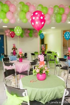Pretty decorations for a Peppa Pig Party Pig Birthday, 4th Birthday Parties, Birthday Party Decorations, Bolo Da Peppa Pig, Fiestas Peppa Pig, Pig Party, Party Centerpieces, Ideas Para, Peepa Pig