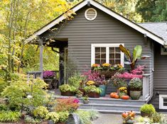 Colorful curb appeal with container or instant gardens Black Exterior, Exterior Colors, Exterior Design, Diy Exterior, Exterior Paint, Front Entry Landscaping, Backyard Landscaping, Backyard Pergola, Landscaping Ideas
