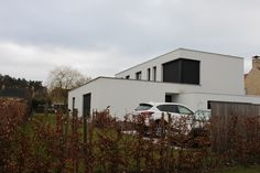 Concept 'ideaal beelden' Foto: een mooi groot huis, met meerdere auto's op de oprit