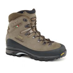 960 GUIDE GTX RR - Designed to support on uneven tracks and day backpacking. Nabuk leather upper. Asymmetrical rubber protection around the boot. Moisture and breathability control thanks to GORE-TEX® lining. Stable, protective and robust. Zamberlan® Vibram® Star Trek outsole. #zamberlan #guide #discoverthedifference #backpacking