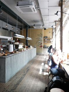 The bar is really cold. It makes the distance between the customers and the bar seem like a ravine. Cafe Bar, Cafe Shop, Deco Cafe, Coffee Places, Coffee Cozy, Coffee Shops, Iced Coffee, Coffee Drinks, Cafe Interior Design