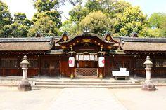 О святилище Хирано-дзиндзяХирано-дзиндзя - это святилище, расположенное в районе Кита города Киота, которое знаменито своими сакурами. Считается, что