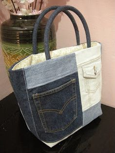 bolso hecho a mano vaquero Patchwork Bags, Quilted Bag, Jean Purses, Purses And Bags, Bag Quilt, Diy Sac, Denim Purse, Recycle Jeans, Repurpose