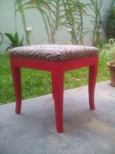 Banqueta con tapiceria en animal print, patas color cereza y tachas color oxido. Outdoor Furniture, Outdoor Decor, Vanity Bench, Ottoman, Animal, Home Decor, Banquettes, Couches, Colors