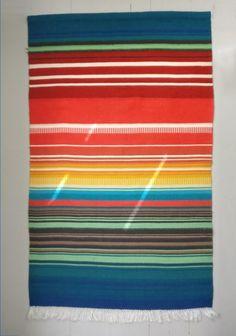 Kaunis ja iloisen värinen raanuSiisti kuntoMitat: leveys 86 cm, korkeus 140 cm (+5cm hapsut)