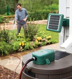 Dans Garden Tips: Solar Powered Rain Barrel Pump System. The solar powered rain barrel pump system provides pressurized pumping through a garden hose with no electrical outlet required. High powered system pumps up to 100 gallons on a single charge. Bombeo Solar, Jardin Decor, Water Barrel, Potager Bio, Water Collection, Rainwater Harvesting, Renewable Energy, Solar Energy, Water Storage