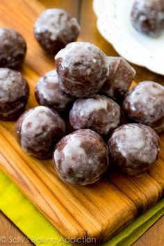 Healthy Alternative Baked Doughnut Recipes Glazed Chocolate Donut Holes The post Healthy Alternative Baked Doughnut Recipes Glazed Chocolate Donut Holes appeared first on Dessert Park. Delicious Donuts, Delicious Desserts, Yummy Food, Köstliche Desserts, Dessert Recipes, Donut Recipes, Cooking Recipes, Muffins, Chocolate Donuts