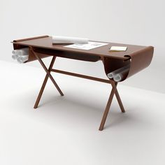 Bureau Oscar: Mesa de trabajo fabricada en madera de fresno con 3 portaplanos en piel...