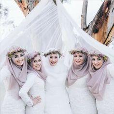 Scarf and headpiece styling by Reyyan Emniyet-Ates, the creative director of in Australia! Bridal Hijab, Hijab Bride, Muslim Brides, Wedding Hijab, Pakistani Wedding Dresses, Bride Gowns, Wedding Poses, Wedding Ideas, Muslim Couples