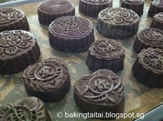 After making a batch of healthy Snowskin mooncake (without shortening) last week, I have set aside time to bake these chocolat. Chinese Cake, Chinese Desserts, Good Food, Yummy Food, Fun Food, Kiss Cookies, Moon Cake, Looks Yummy, Special Recipes