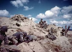 US soldiers dig in to a hill in Korea during the Korean war. Photo: Hulton Archive, Getty Images