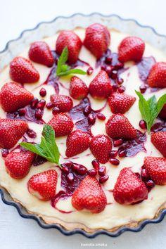 Tarta sernikowa z musem truskawkowym, truskawkami i granatem Cheesecake Tarts, Strawberry Mousse, Summer Cakes, Tart Recipes, Let Them Eat Cake, Cake Cookies, Just Desserts, Sweet Tooth, Cheesecakes