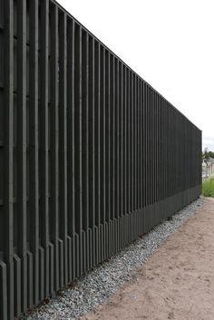 Lidingöbanan behöver teknik. Tekniken behöver hus. Små hus. Nu står de där längs hela sträckningen, i rött och mörkgrått. Kanske den sorten... Timber Architecture, Architecture Details, Landscape Architecture, Timber Cladding, Exterior Cladding, Fence Gate Design, Wood Facade, Boundary Walls, Modern Fence