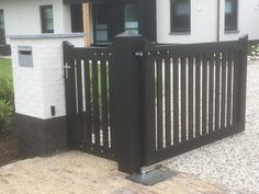Zwarte geautomatiseerde spiekpoort aan pilaster Beautiful Gardens, Patio, Bungalow, Sweet Home, Exterior, Outdoor Structures, Fences, Nice, Building