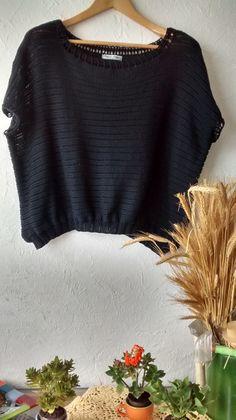 Blusa em tricô à máquina, cor preta, com barrado em crochê na gola canoa.