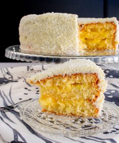 A fresh and fruity coconut and pineapple cake with the taste of summer … – Pastry, cakes, cookies Coconut Recipes, Baking Recipes, Non Chocolate Desserts, Delicious Desserts, Yummy Food, Novelty Birthday Cakes, Cinnamon Cake, Zeina, Different Cakes