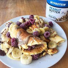 Breakfast: Protein Pancake (3 Eier, 2 große Spoons Protein Pulver, 100ml Soja Milch), 2 Bananen (1 roh, 1 gebraten), Himbeeren und Erdnuss Butter 100% und Backkakao 💕💥💪🏻☀️ Auf in den Tag!! Auf meinem Blog gibts den 10% Rabatt code für alles Von Myprotein