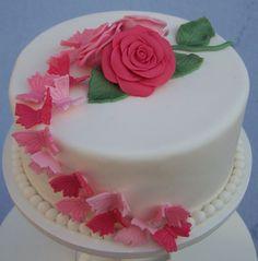 Rozen met vlinders op witte taart