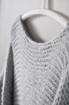 The Norwegian Skappel Sweater (skappelgenseren) Easy Sweater Knitting Patterns, Christmas Knitting Patterns, Knitting Designs, Knit Patterns, Free Knitting, Knitting Ideas, Chunky Knit Jumper, How To Purl Knit, Knitted Gloves