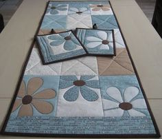 Someday I'll be good enough to make something this pretty.  - Beautiful quilt table runner - sommerløper: