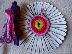 Divertido y sencillo telar circular con platos de cartón para que todos en la casa puedan hacer estos lindos diseños.